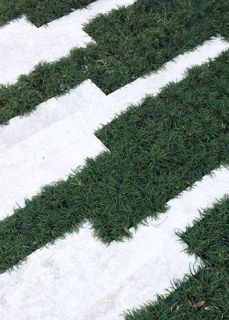 1. Contraste elegante entre a placa branca e a grama preta do jardim. Fonte: Pinterest