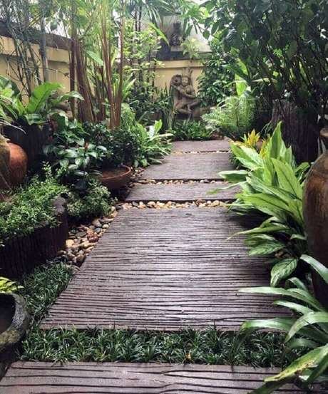 39. Caminho feito com placas de madeira, pedra e grama preta. Fonte: Pinterest