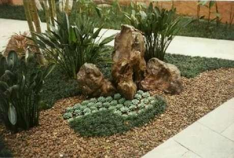 40. Grama preta anã compondo pequenos detalhes no jardim. Fonte: Pinterest