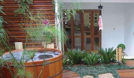25. Grama preta e papiro do Egito compõem a jardinagem desse espaço. Fonte: Casa & Construção