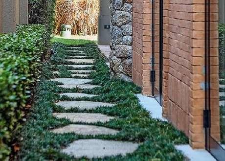 2. Grama preta encanta a jardinagem da lateral da casa. Fonte: tudo Construção