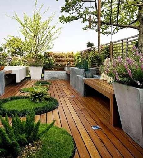 41. Área de lazer pequena com deck de madeira e grama preta. Fonte: Pinterest