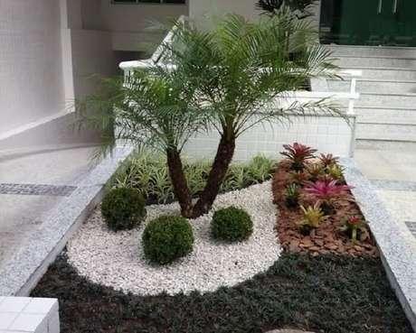 27. Jardim de condomínio residencial forrado com grama preta e buxinho. Fonte: Homify