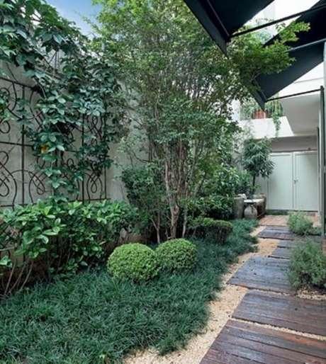 63. Área de lazer pequena com solo forrado com grama do tipo preta. Fonte: Pinterest