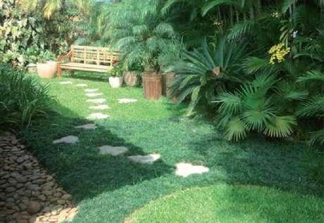 42. Mescle cores no jardim entre uma grama e outra. Fonte: Pinterest