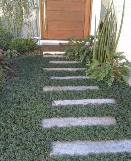 28. O caminho até a porta de entrada conta com a presença da grama do tipo preta. Fonte: Pinterest