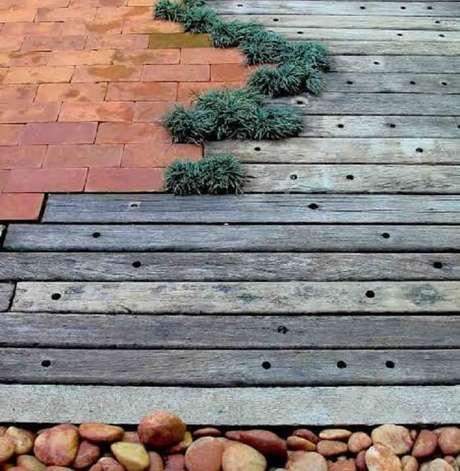 29. Piso externo feito de cruzeta, tijolo, pedra e grama do tipo preta. Fonte: Pinterest