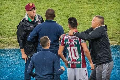 Oswaldo e Ganso bateram boca após substituição.