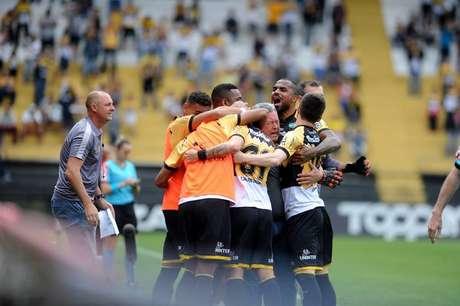 Criciúma bate Botafogo-SP na estreia de Roberto Cavalo e encerra jejum na Série B.