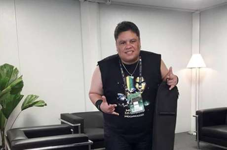 Baixista brasileiro posta registro na Cidade do Rock, onde vai participar do show da banda Tenacious D, no Palco Mundo.