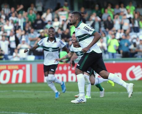 Sabino foi o autor do segundo gol do Coritiba (Foto: Reprodução/Twitter)