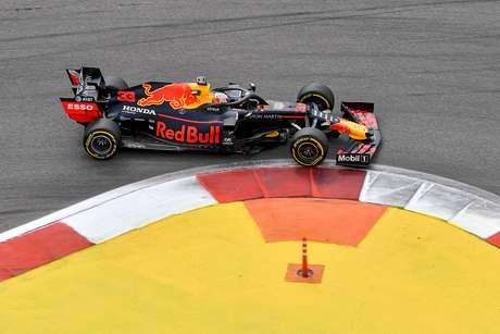 """Verstappen se tornará campeão mundial com material certo"", diz Helmut Marko"