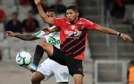 Athletico-PR ficou somente no empate em 1 a 1 contra a Chapecoense e frustrou a torcida presente na Arena da Baixada