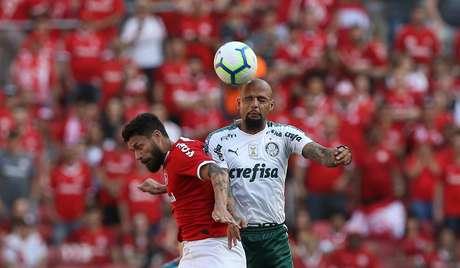 Felipe Melo disputa bola com o jogador Rafael Sorbis, do Internacional, durante partida válida pela 22ª rodada do Campeonato Brasileiro.