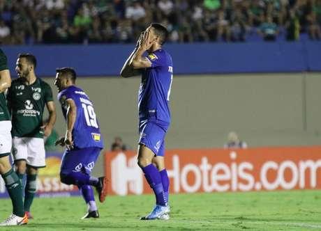Meia Thiago Neves lamenta durante derrota do Cruzeiro em Goiânia (Foto: Heber Gomes/AGIF/GPRess)