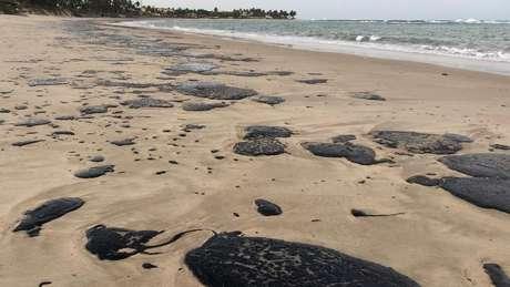 Manchas na praia de Tabatinga, município de Nísia Floresta (RN); origem da crise ambiental ainda é desconhecida