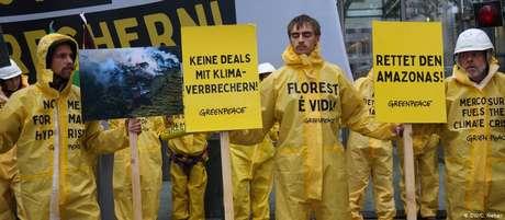 """""""Salvem a Amazônia"""", diz um dos cartazes erguidos pelos manifestantes nesta segunda-feira em Berlim"""
