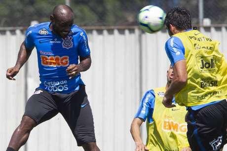 Love cumpriu suspensão no jogo contra o Vasco (Foto: Daniel Augusto Jr./Ag. Corinthians)