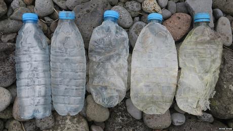 As evidências indicam que a maioria das garrafas de plástico na Ilha Inacessível haviam sido descartadas de navios