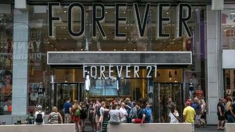 Em seu site, a Forever 21 enfatiza que suas lojas têm uma média de 3,5 mil metros quadrados