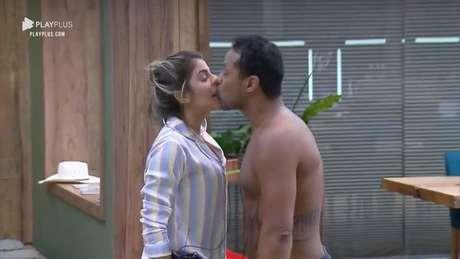 Phellipe Haagensen beija a ex-bbb Hariany sem permissão em A Fazenda 2019, da Record TV