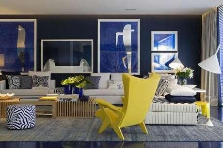 51. A cadeira amarela se destaca na sala de estar ampla. Projeto por Roberto Migotto