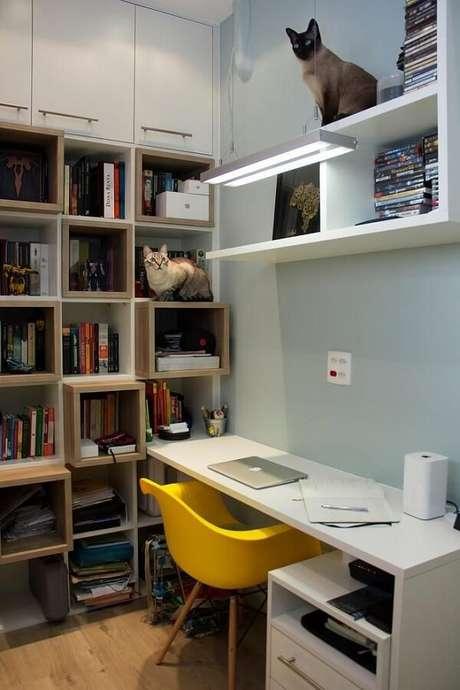 13. Área de estudos conta com mesa branca e cadeira eames amarela. Projeto por Ana Lúcia Adriano