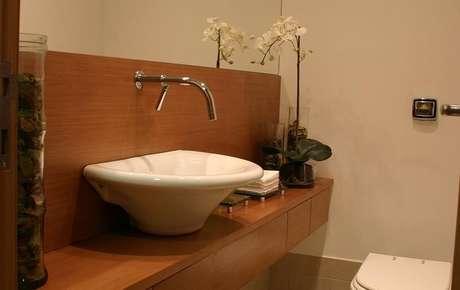 35. O balcão para banheiro é interessante com uma cuba de formato orgânico. Projeto de Idália Daudt