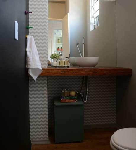 8. O balcão para banheiro com espelho embutido é o ideal em muitos sentidos. Projeto de Nathália Bilibio