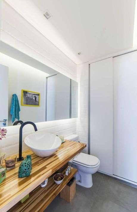 40. Balcão para banheiro com marchetaria é interessante como elemento decorativo. Projeto de Pietro Terlizzi