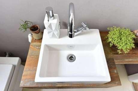 39. O balcão para banheiro simples é interessante se mais rústico. Projeto de Carla Cuono Arquitetura Interiores