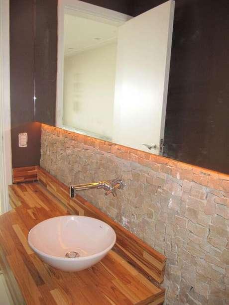 15. O balcão para banheiro deve combinar com o restante do cômodo. Projeto de Mariane Battaglia