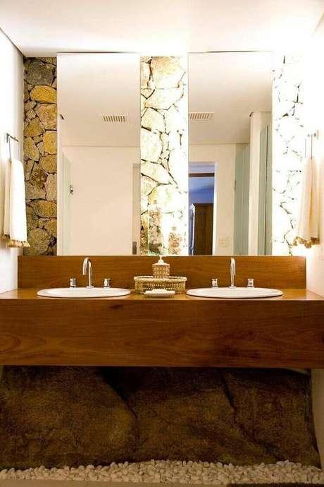 27. Este balcão para banheiro é simples e rústico. Projeto de AR Arquitetura