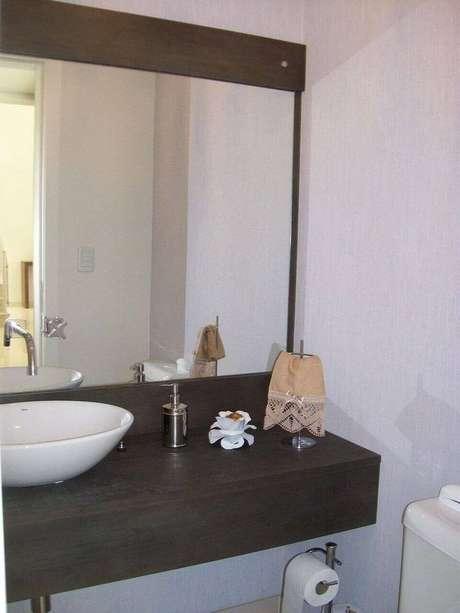 29. O balcão para banheiro com espelho deve ser instalado da melhor forma simples. Projeto de Alessandra Maioli