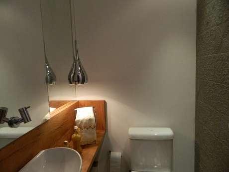 19. O balcão para banheiro pode funcionar mais com uma grande prateleira. Projeto de Adriana Vicorelli
