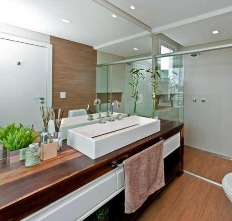 10. O balcão para banheiro grande deixa o cômodo muito mais interessante. Projeto de Juliana Pippi