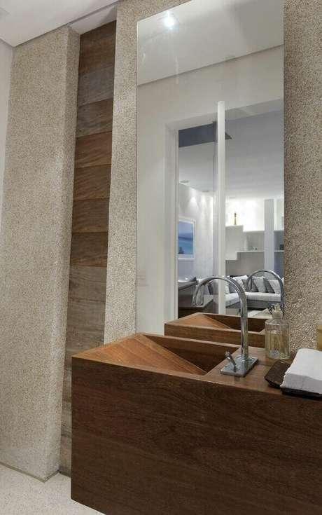 43. Este balcão para banheiro trabalha com uma pia embutida e muito moderna. Projeto de Sandra Picciotto