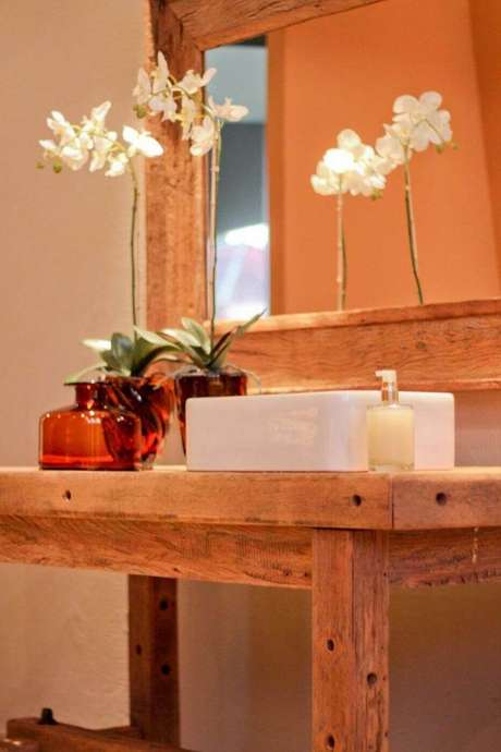 25. O balcão para banheiro pode parecer mais como uma mesa. Projeto de Joel Caetano Paes