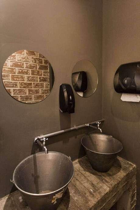 38. A cuba do balcão para banheiro pode ser diferenciada. Projeto de Nathália Bilibio