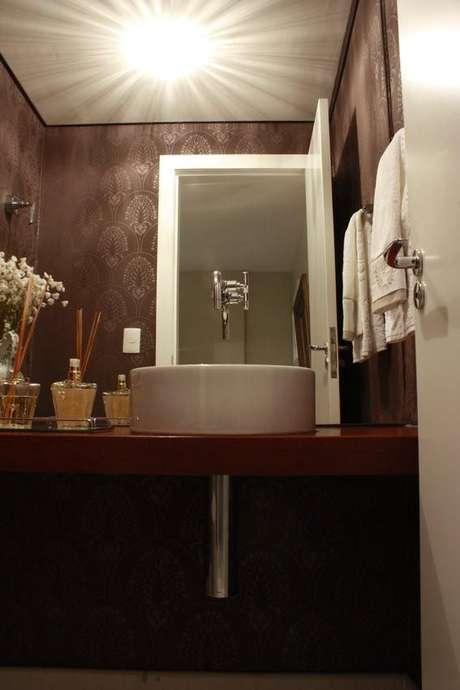 33. Este balcão para banheiro é simples e usa a torneira no próprio espelho embutido. Projeto de Mutabile Arquitetura e Design Gráfico