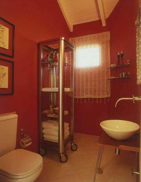 37. Este balcão para banheiro com rodas é simples e rústico. Projeto de Brunete Fracaroli