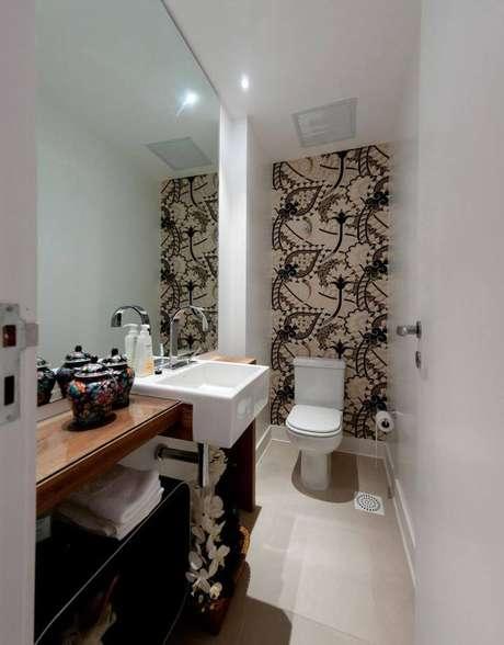 24. O balcão para banheiro preenche o ambiente. Projeto de Archdesign Studio