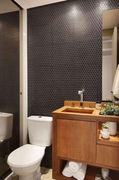 23. O balcão para banheiro pode funcionar como um grande gabinete. Projeto de Degradê Decoração