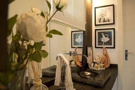 45. A cuba utilizada no balcão para banheiro pode ser a peça decorativa do cômodo. Projeto de Elevo Arquitetura