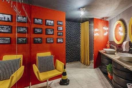 16. Banheiro descontraído com cadeira amarela e almofada quadriculada. Projeto por Lídici Melo