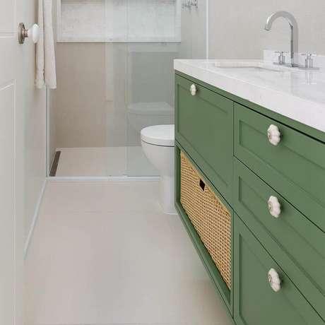 10. Decoração para banheiro todo branco com gabinete verde musgo – Foto: Doma Arquitetura