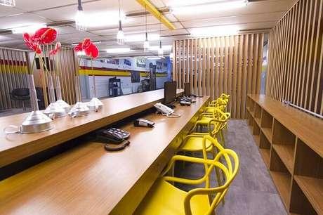 5. Cadeira amarela Allegra usada em escritório. Fonte: Pinterest