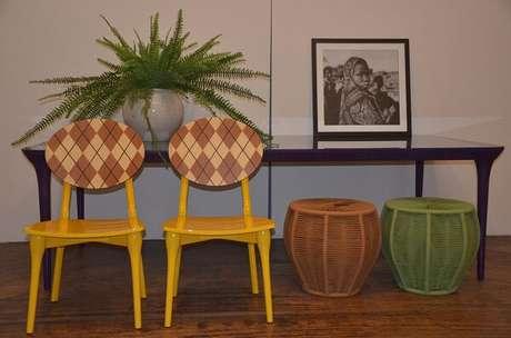 17. Cadeira amarela com encosto estampado. Fonte: Revista Viva Decora