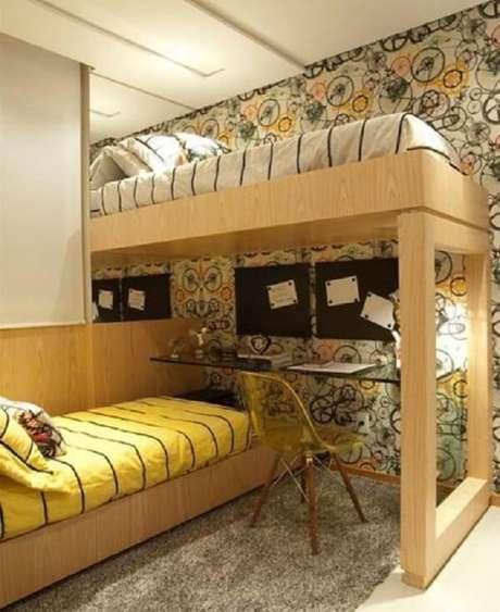 18. Cadeira amarela de acrílico e tapete de pelinho cinza pra o quarto. Fonte: Revista Viva Decora