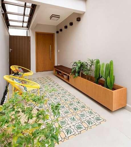 19. Cadeira amarela de ferro com almofada. Projeto por Juliana Conforto